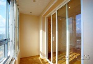Балкон зрительно является продолжением комнаты, за счет стеклянных дверей во всю высоту стены