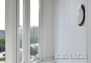 Отделка закругления в балконе белыми пластиковыми панелями