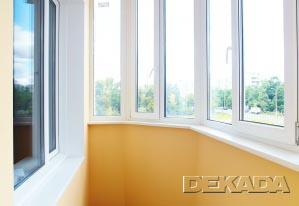 Стены и потолок на этом балконе покрашены водоэмульсионной краской