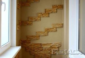Стены отделаны рельефной декоративной штукатуркой с вставками из натурального камня