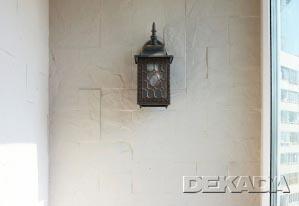 Стены облицованы натуральным камнем