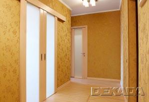 Потолки в коридоре - натяжные бесшовные, на стенах - обои с подбором, полы - комбинация ламината и плитки