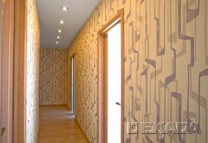 Потолки - натяжные с точечными светильниками, стены - обои, полы - паркетная доска