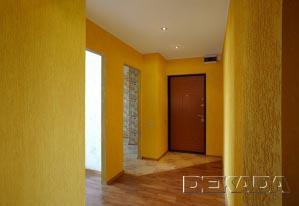 Стены в коридоре и прихожей сделаны колерованной декоративной штукатуркой