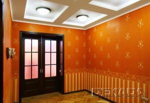 Холл оформлен в дворцовом стиле - обои под ткань, штучные паркет, декоративные потолки