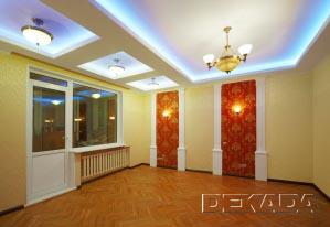Гостиная в дворцовом стиле. Декоративные потолки, колонны и штучный паркет подчеркивают парадное оформление