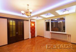 Входные двустворчатые раздвижные двери увеличенной высоты подчеркивают высоту потолков