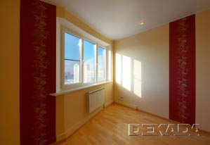 Строгость интерьеру придают бордовые вертикальные вставки на стенах из текстильных обоев