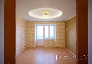 Интересный подбор обоев с орнаментом под шелковую ткань придает этой гостиной богатый вид