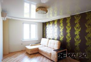 Цветовое решение гостиной выполнено в контрастных цветах - коричневом и белом