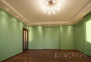 Консервативное цветовое решение задается однотонными зелеными обоями без орнамента и подчеркивается темным полом