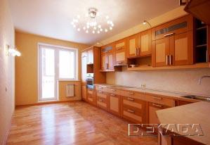 И кухонная мебель и отделка полов выполнена под натуральное дерево разных пород