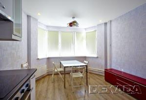 Цветовое решение кухни построено на контрасте светлой нейтральной отделки помещения и яркой кухонной мебели