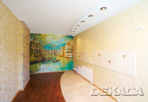 Отделка кухни насыщенная элементами разного цвета и фактуры - клинкер, фреска, декоративные потолки и т.д.