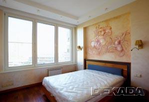 Отделка спальни выполнена в индивидуальном стиле - венецианская штукатурка и лепнина с ручной росписью