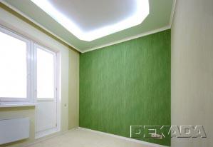 Дизайнерская спальня - потолки светло-зеленого цвета, обои трех оттенков зелоного и белый ковролин