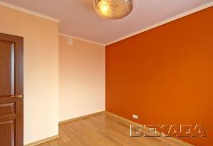 Стены в этой спальне покрашены в контрастные цвета