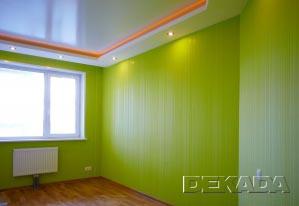 Яркие цвета обоев и декоративные потолки с подсветкой - характерные особенности этой спальни