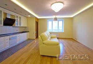 Общее пространство зрительно разделено разными полами, потолками и диваном
