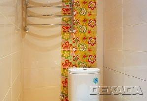 Туалет в белом цвете с желтыми декорами