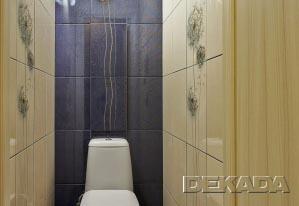 Туалет в контрастных тонах с декорами