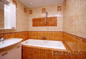 Чугунная ванна обложена плиткой с четырех сторон