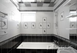 Ванная комната с окном в черно-белых тонах